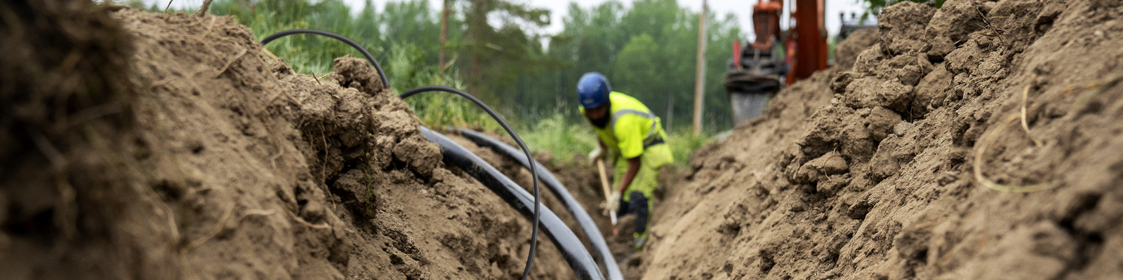 Installation personal laying AX-PRO medium voltage cable in the ground